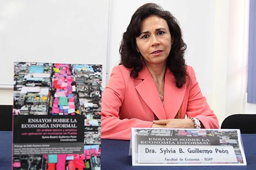 Académicos de la BUAP presentan libro electrónico sobre economía informal en el estado