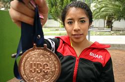Estudiante de la BUAP destaca en atletismo, gracias a la inspiración de su padre